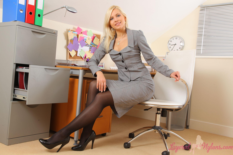 devushka-v-ofise-v-kolgotkah