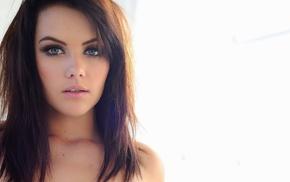 Мелисса Кларк, лицо, белый фон, оголенные плечи, голубые глаза, брюнетка, губки, простой фон, девушка