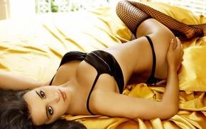 золотой шелк, девушка на кровати, девушки, девушка в чулках